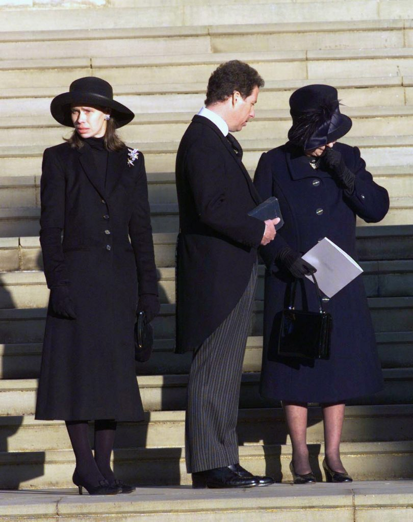 Queen Elizabeth II grieves as she stands next to Princess Margaret's children Lady Sarah Chatto And Lord Linley (viscount David Linley)