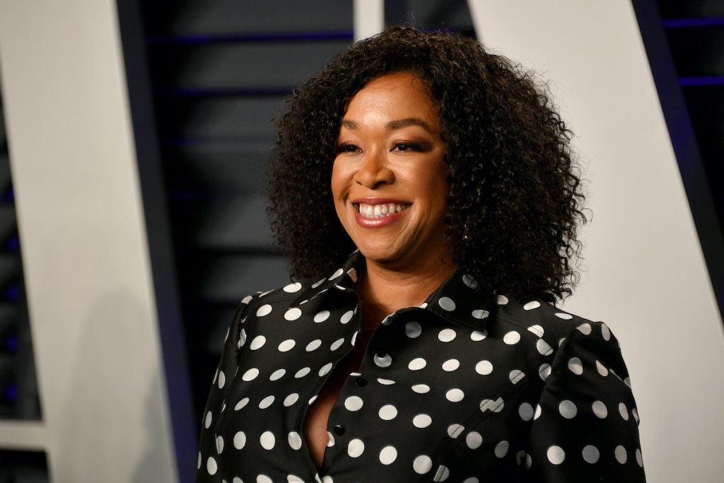Shonda Rhimes poses for the camera at the 201[ads1]9 Vanity Fair Oscar party