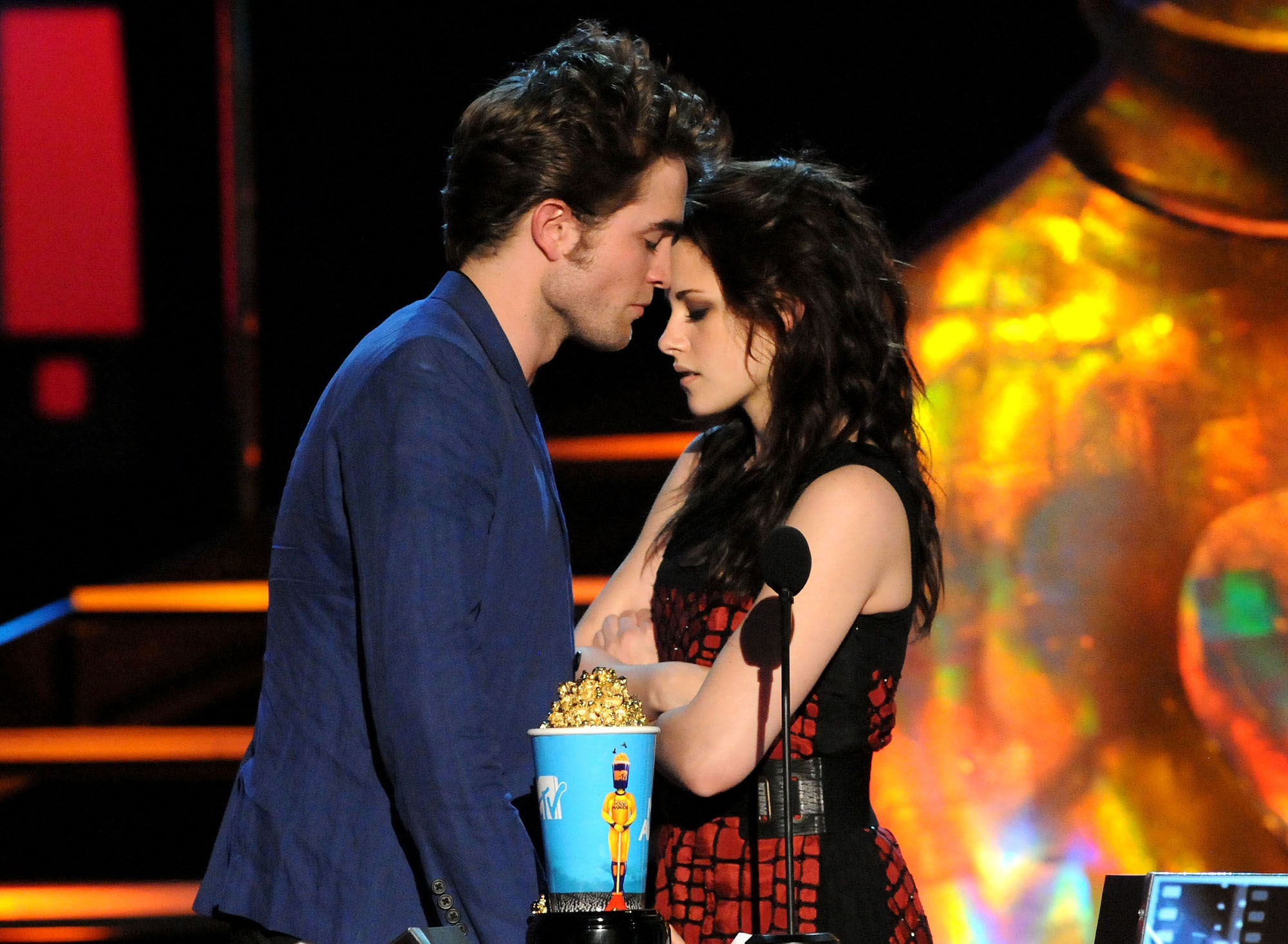 Robert Pattinson and Kristen Stewart onstage during the 2009 MTV Movie Awards on May 31, 2009.