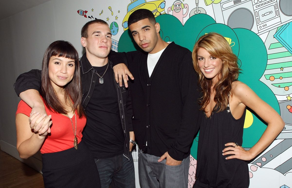 """NEW YORK - OCTOBER 02: (U.S. TABS OUT) """"DeGrassi High"""" cast members (L-R) Cassie Steele, Shane Kippel, Aubrey Graham, and Shenae Grimes pose for a photo backstage during MTV's Total Request Live at the MTV Times Square Studios on October 2, 2007 in New York City."""