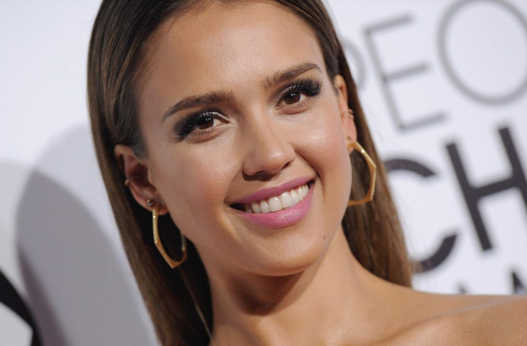 Jessica Alba arrives at The 40th Annual People's Choice Awards at Nokia Theatre L.A. Live on January 8, 2014 in Los Angeles, California.