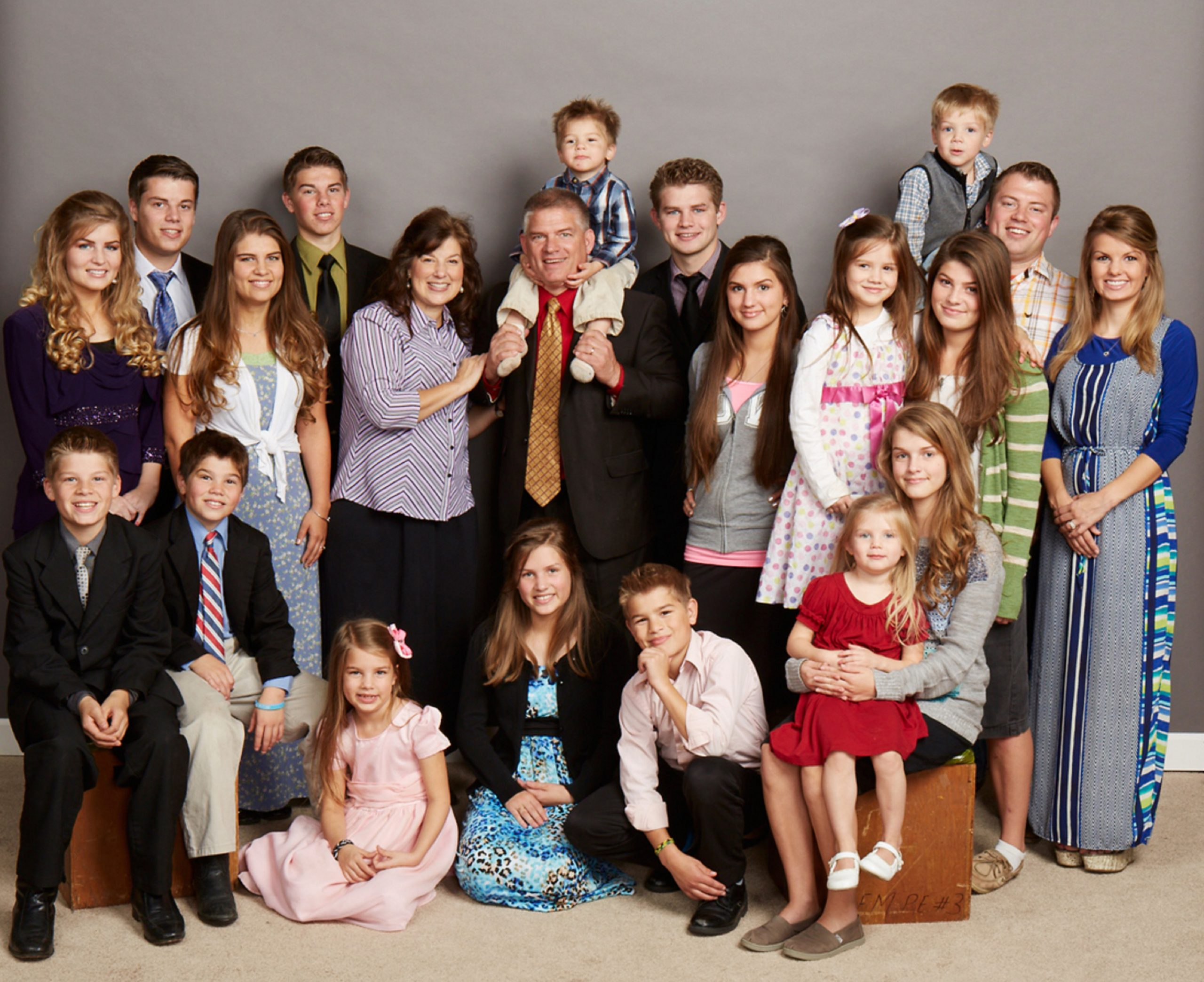 Group photo of the entire Bates family from 'Bringing Up Bates' in 2014