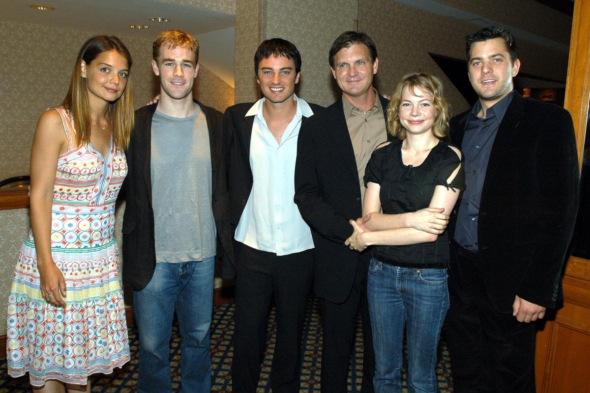 (L-R) Katie Holmes, James Van Der Beek, Kerr Smith, creator Kevin Williamson, Michelle Williams, and Joshua Jackson of 'Dawson's Creek'