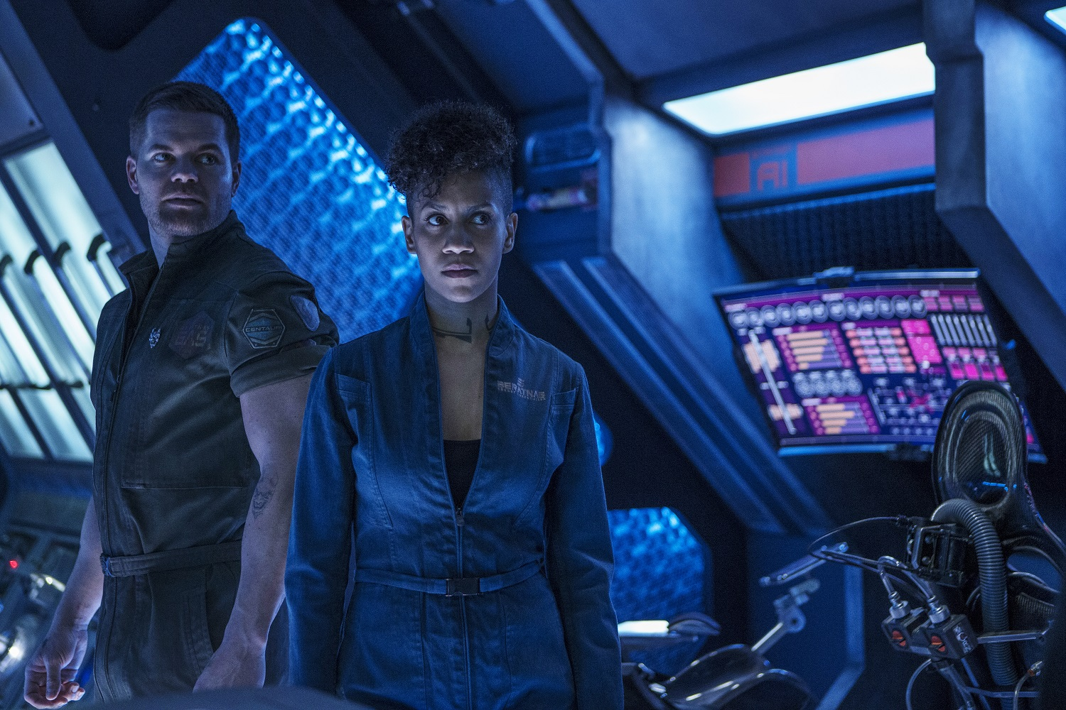 Wes Chatham as Amos Burton, Dominique Tipper as Naomi Nagata on The Expanse