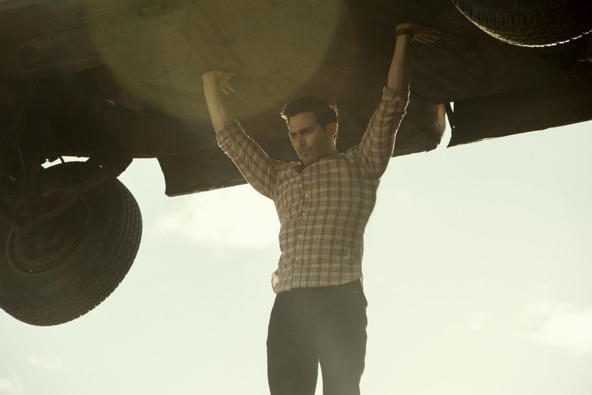 Superman and Lois: Tyler Hoechlin flies with a truck
