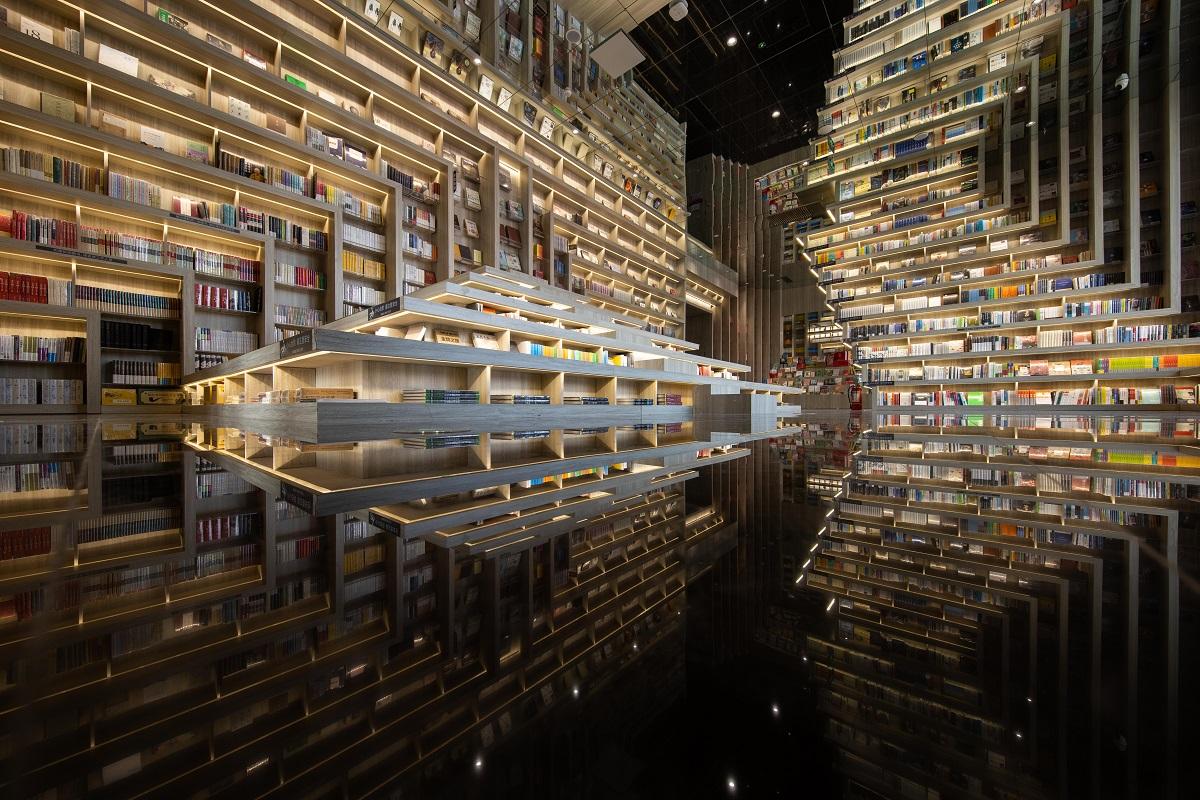 Des rangées de livres en zigzag à la librairie Zhongshuge en Chine