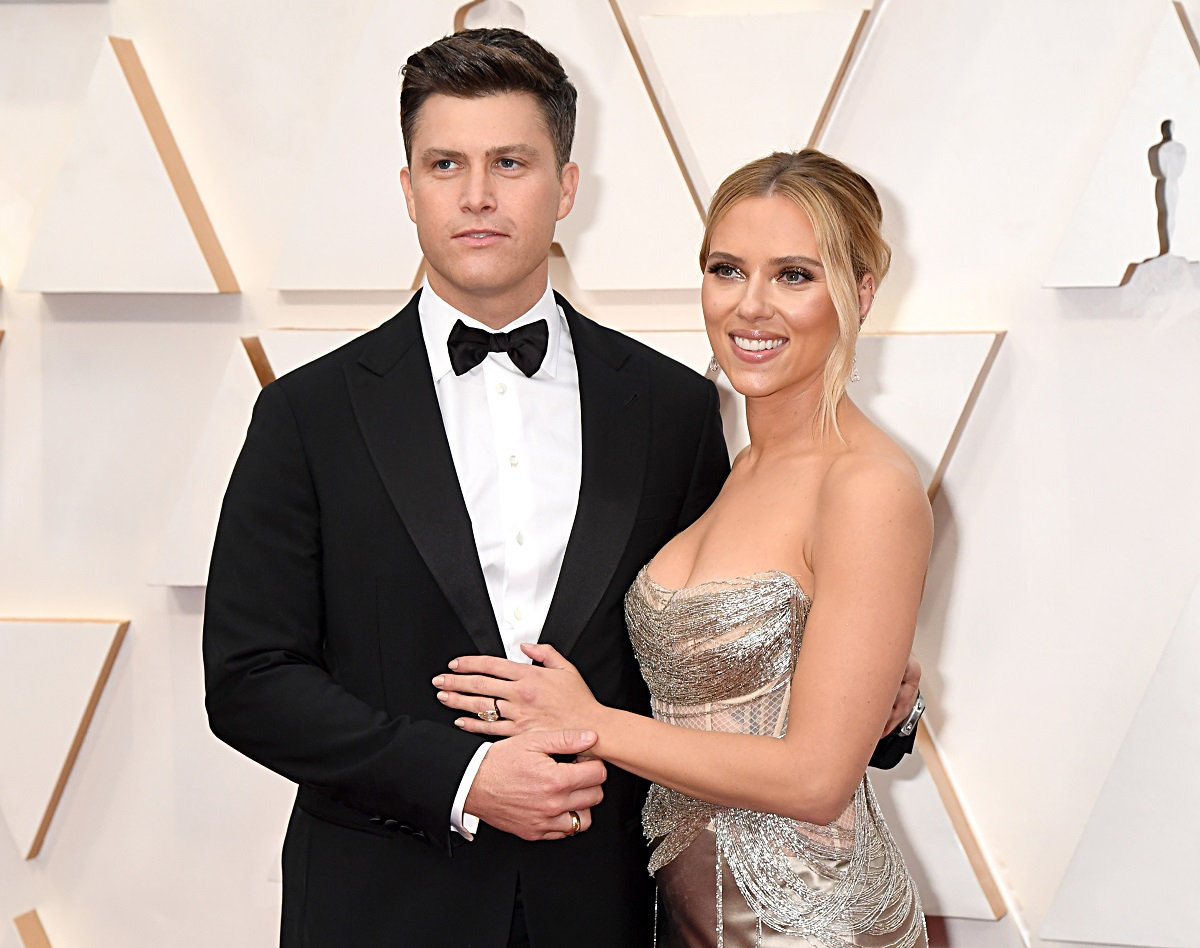 Colin Jost (L) and Scarlett Johansson with their arms around each other on the Oscars red carpet