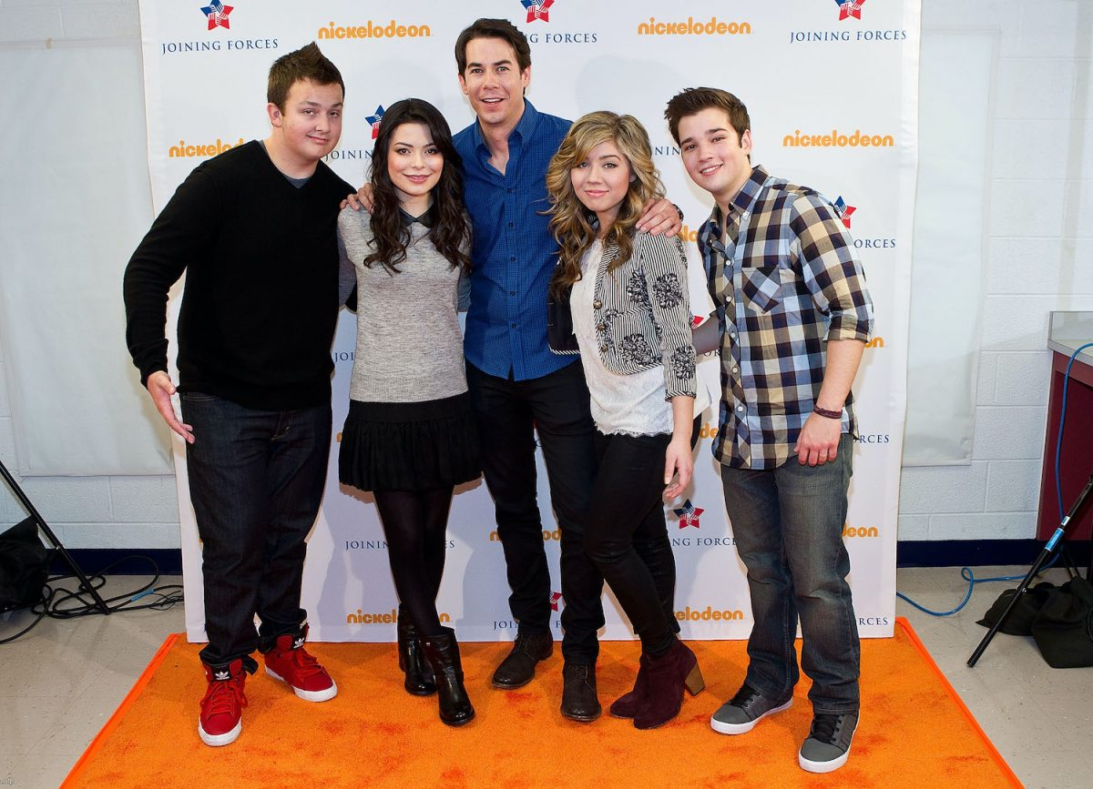 'iCarly' cast Noah Munck, Miranda Cosgrove, Jerry Trainor, Jennette McCurdy, and Nathan Kress pose at a special military family screening of iCarly: iMeet The First Lady