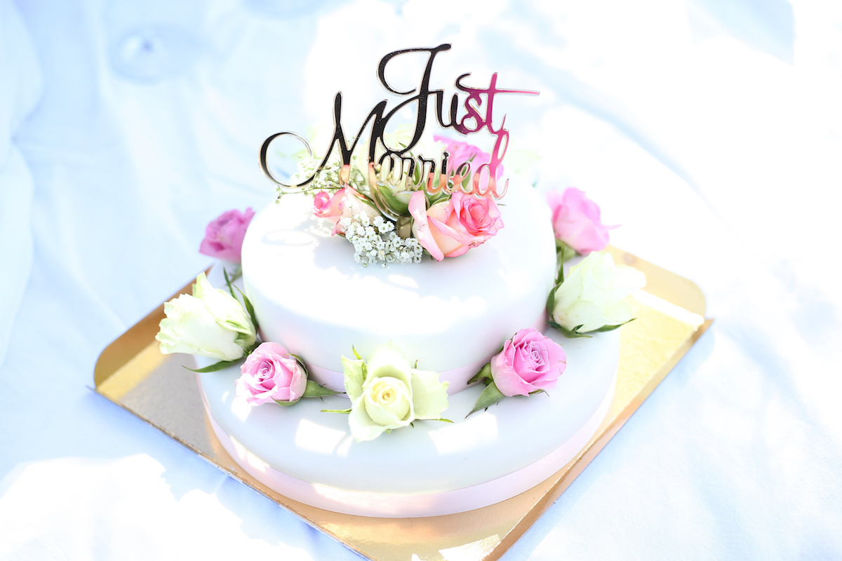 Small wedding cake with Just Married sign