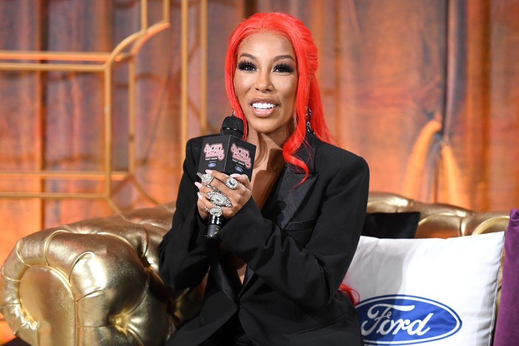 K. Michelle speaking into a mic at the Soul Train Awards
