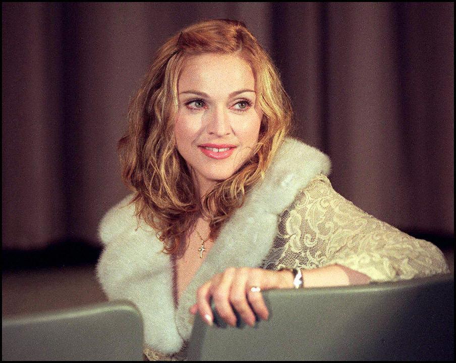 Madonna cerca de una cortina