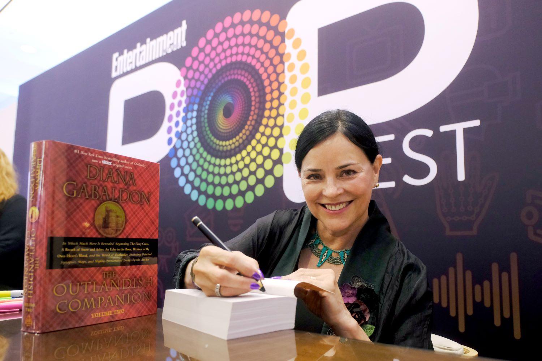 DIana Gabaldon signing an 'Outlander' book
