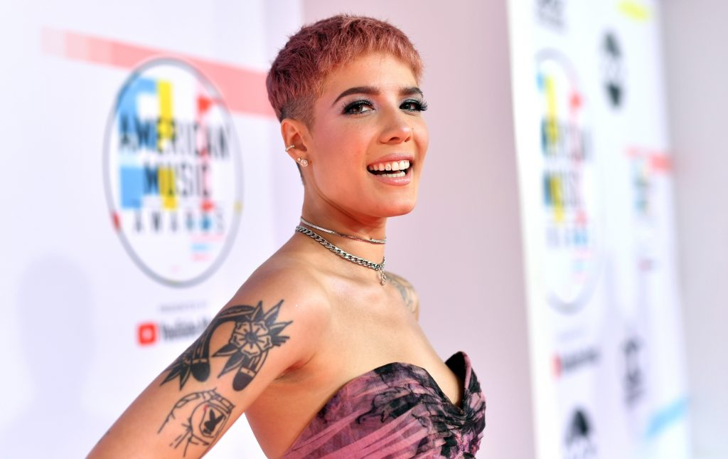 Halsey attends the 2018 American Music Awards