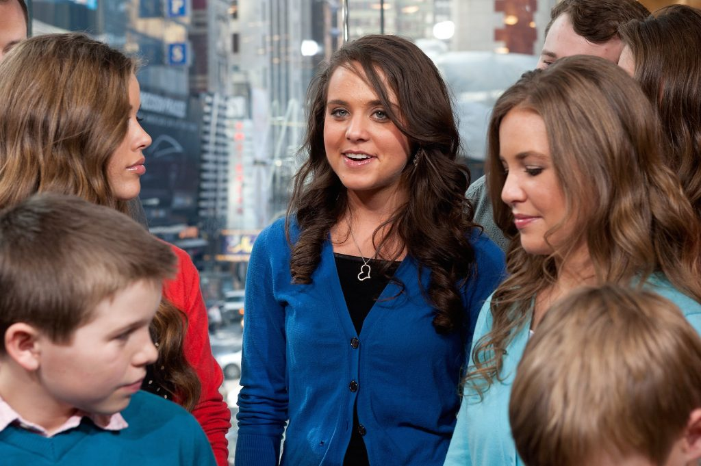 Jinger Duggar surrounded by the rest of the Duggar family during a visit to the set of 'Extra'