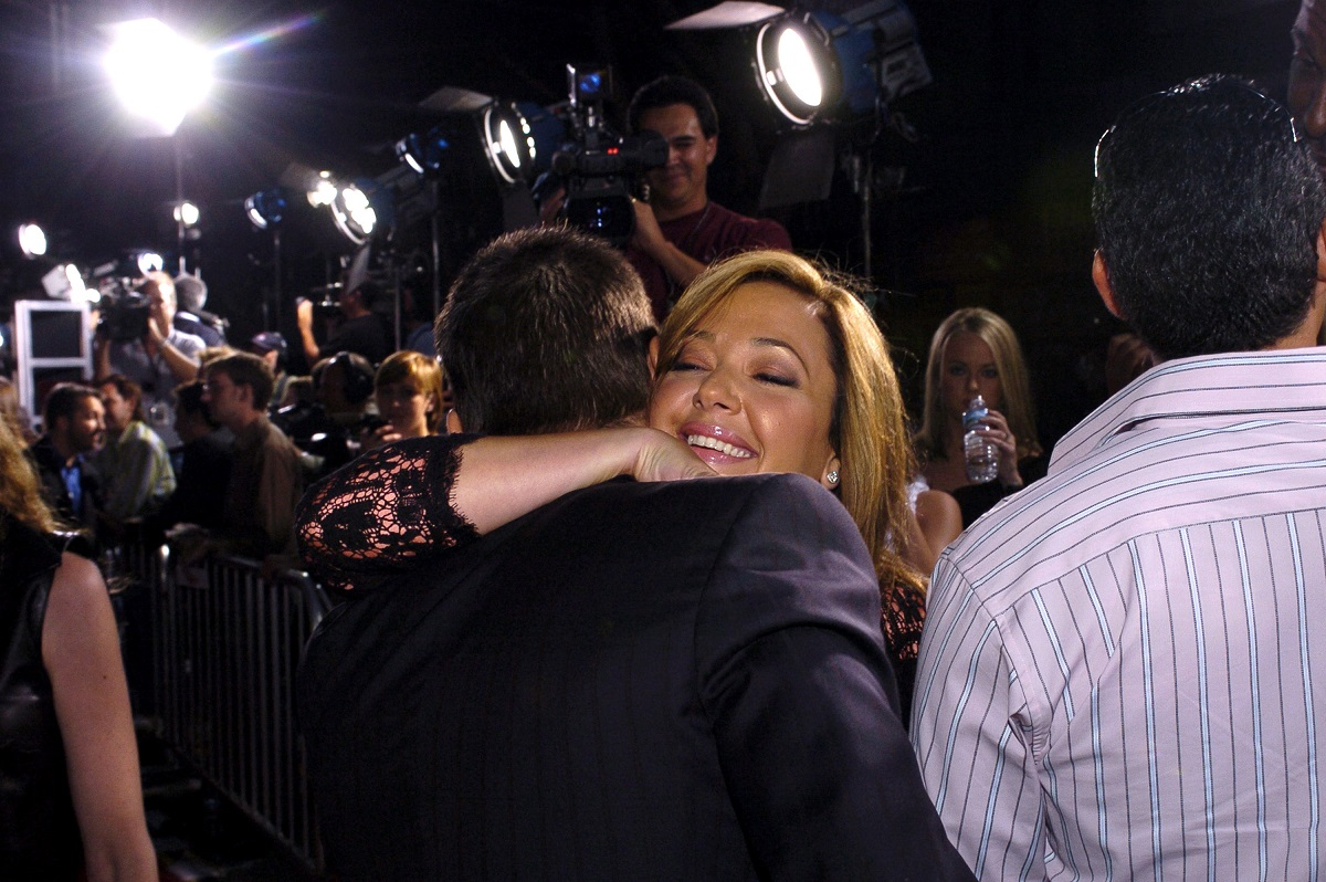 Tom Cruise and Leah Remini hugging on the red carpet at the 'Collateral' premiere in 2004