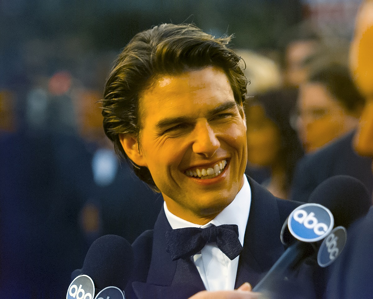 Tom Cruise smiling on the red carpet in 1997