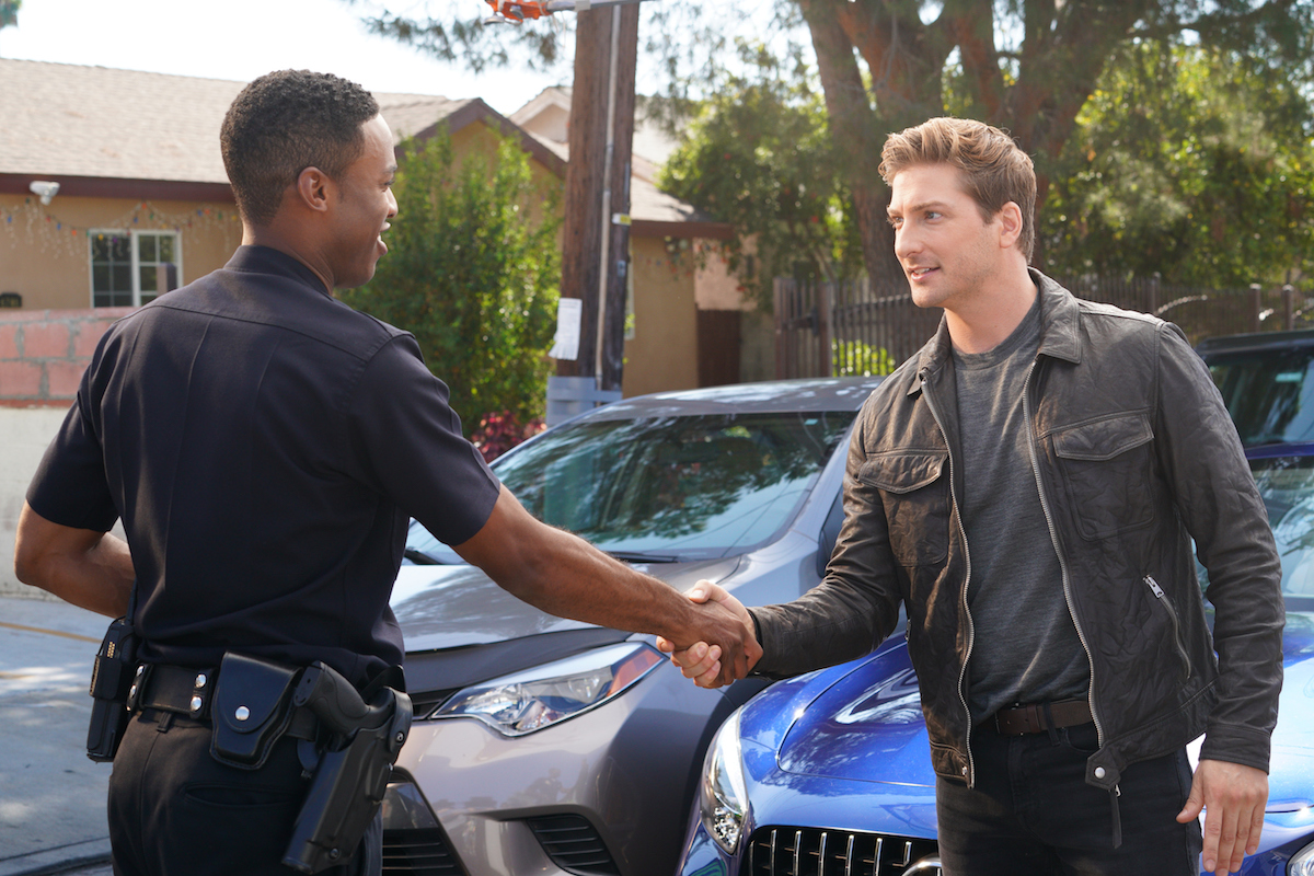 Daniel Lissing shakes hands with a police officer in an episode of The Rookie