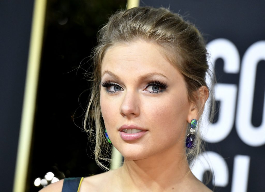 Taylor Swift with her hair pulled back at the 2020 Golden Globes