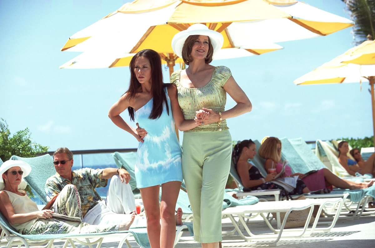 Sigourney Weaver (R) and Jennifer Love Hewitt act in a scene from 'Heartbreakers'