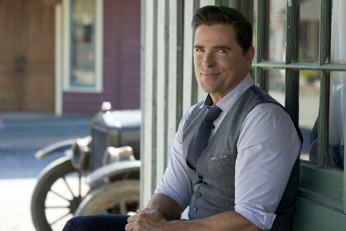 Lee (Kavan Smith) sitting on a bench in an episode of When Calls the Heart
