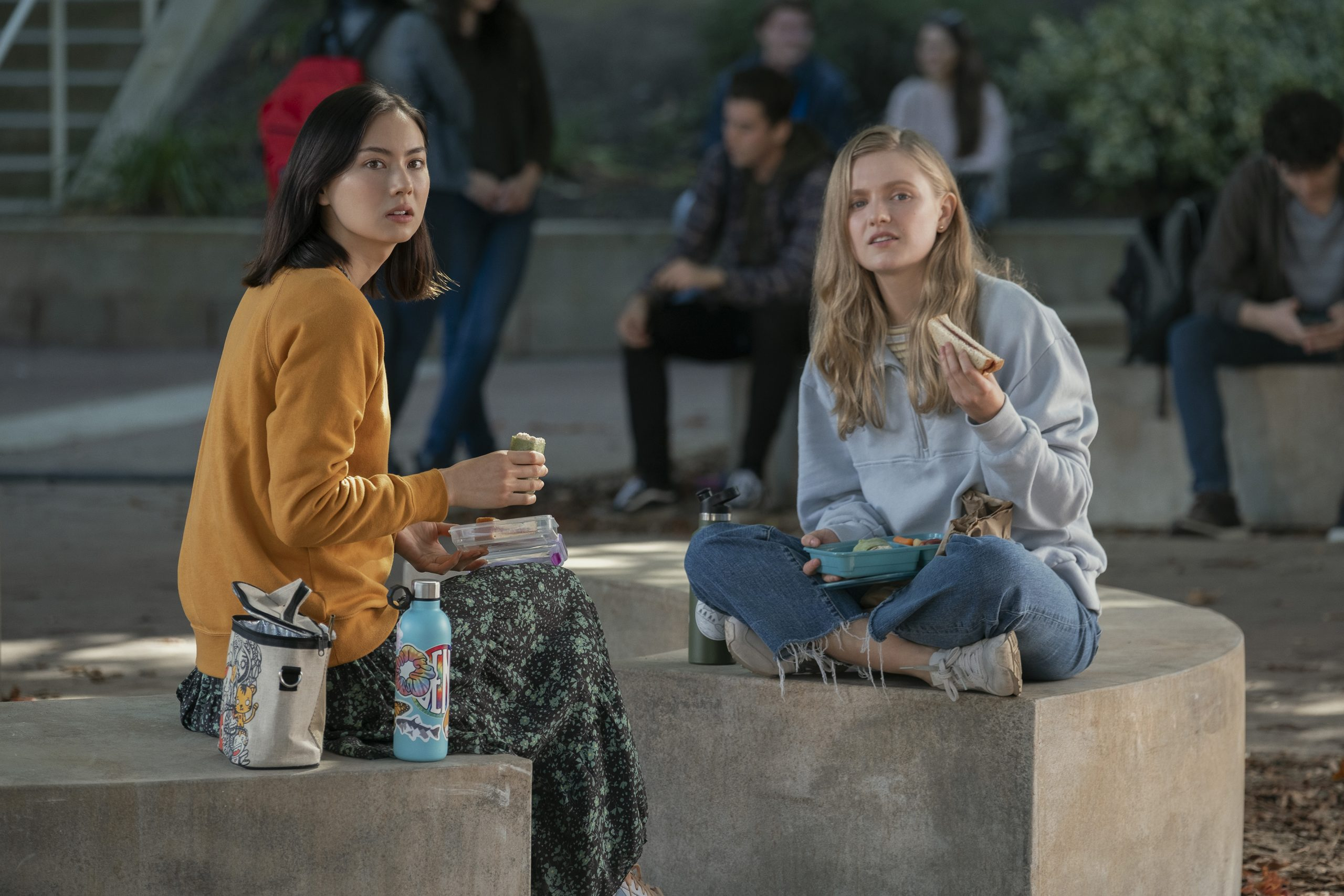 Lauren Tsai as Claudia, Hadley Robinson as Vivian in Moxie