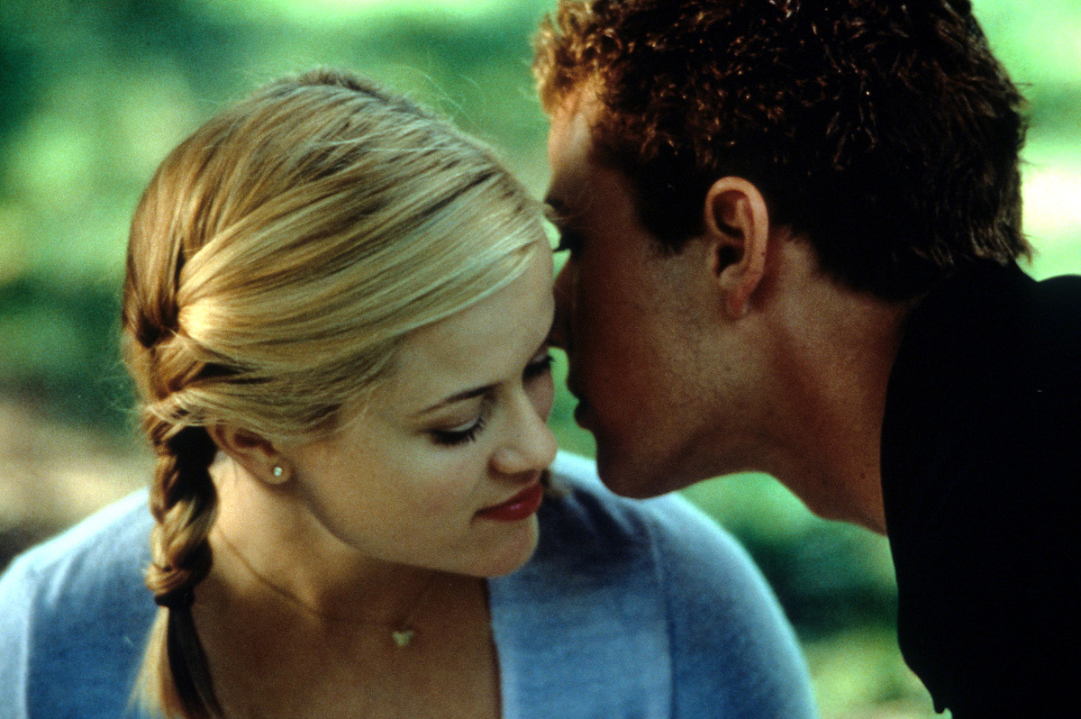 Ryan Phillippe whispers in Reese Witherspoon's ear in Cruel Intentions