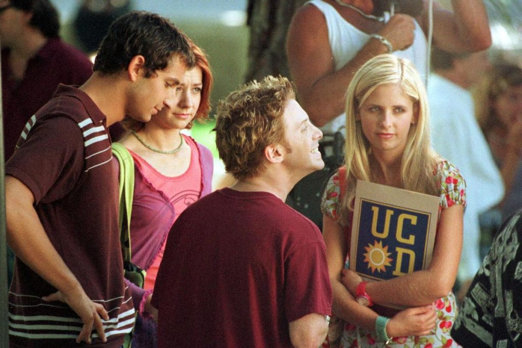 """Sarah Michelle Gellar (r) with co-star Alyson Hannigan (wearing a pink top) and Seth Green (front) at the UCLA campus shooting """"Buffy The Vampire Slayer"""""""
