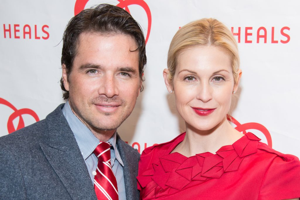 Matthew Settle and Kelly Rutherford smiling