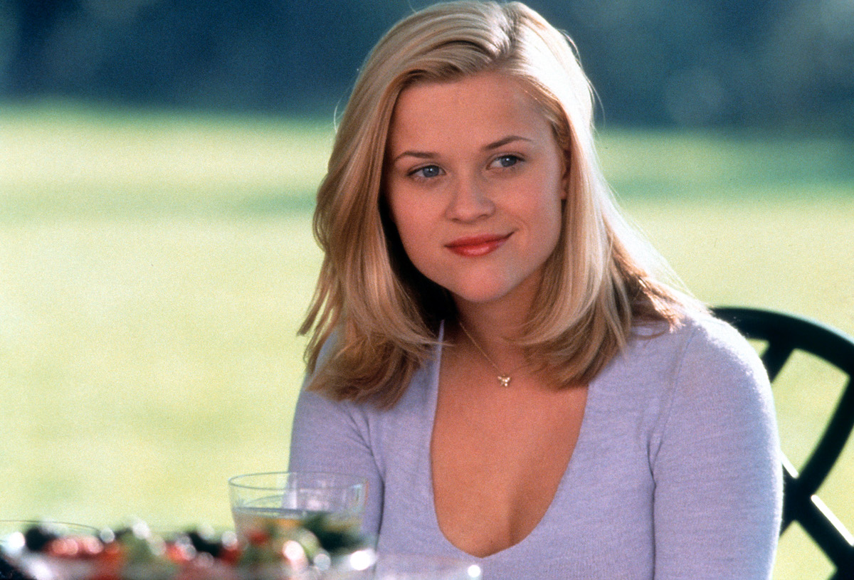 Reese Witherspoon as Annette, sitting outside, in Cruel Intentions
