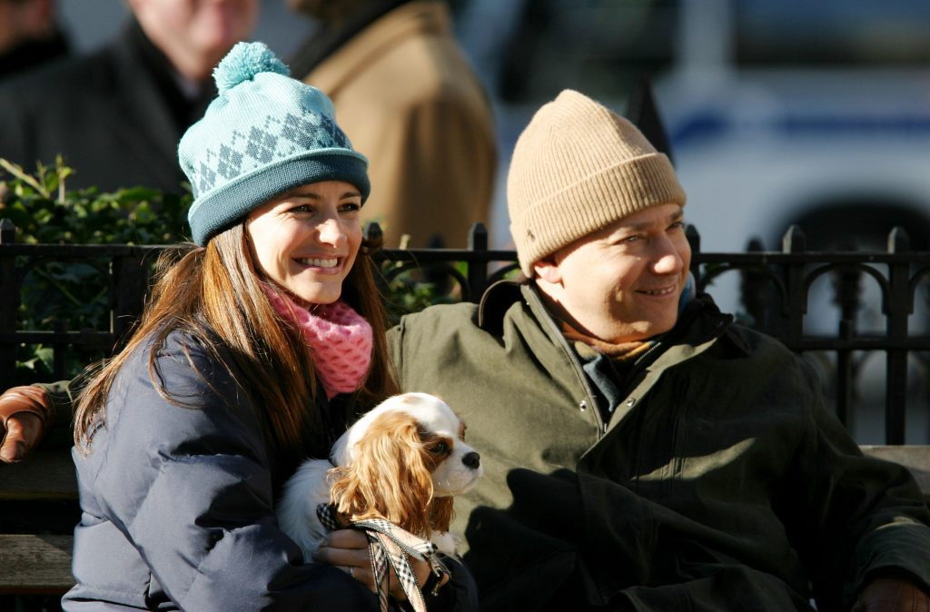 Kristin Davis and Evan Handler sit on a bench at the 23rd and Broadway Dogwalk during the filmnig of 'Sex and the City'