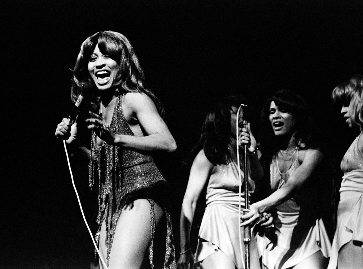 A black and white photo of Tina Turner and her background singers in the Netherlands in 1975.