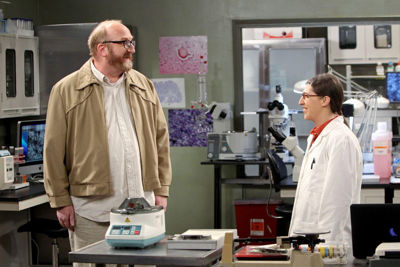 Brian Posehn and Mayim Bialik in 'The Big Bang Theory'