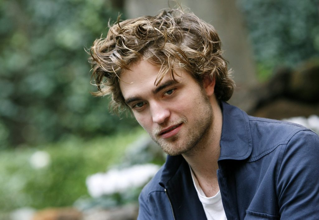 Robert Pattinson poses for Twilight cast photos in a blue jacket