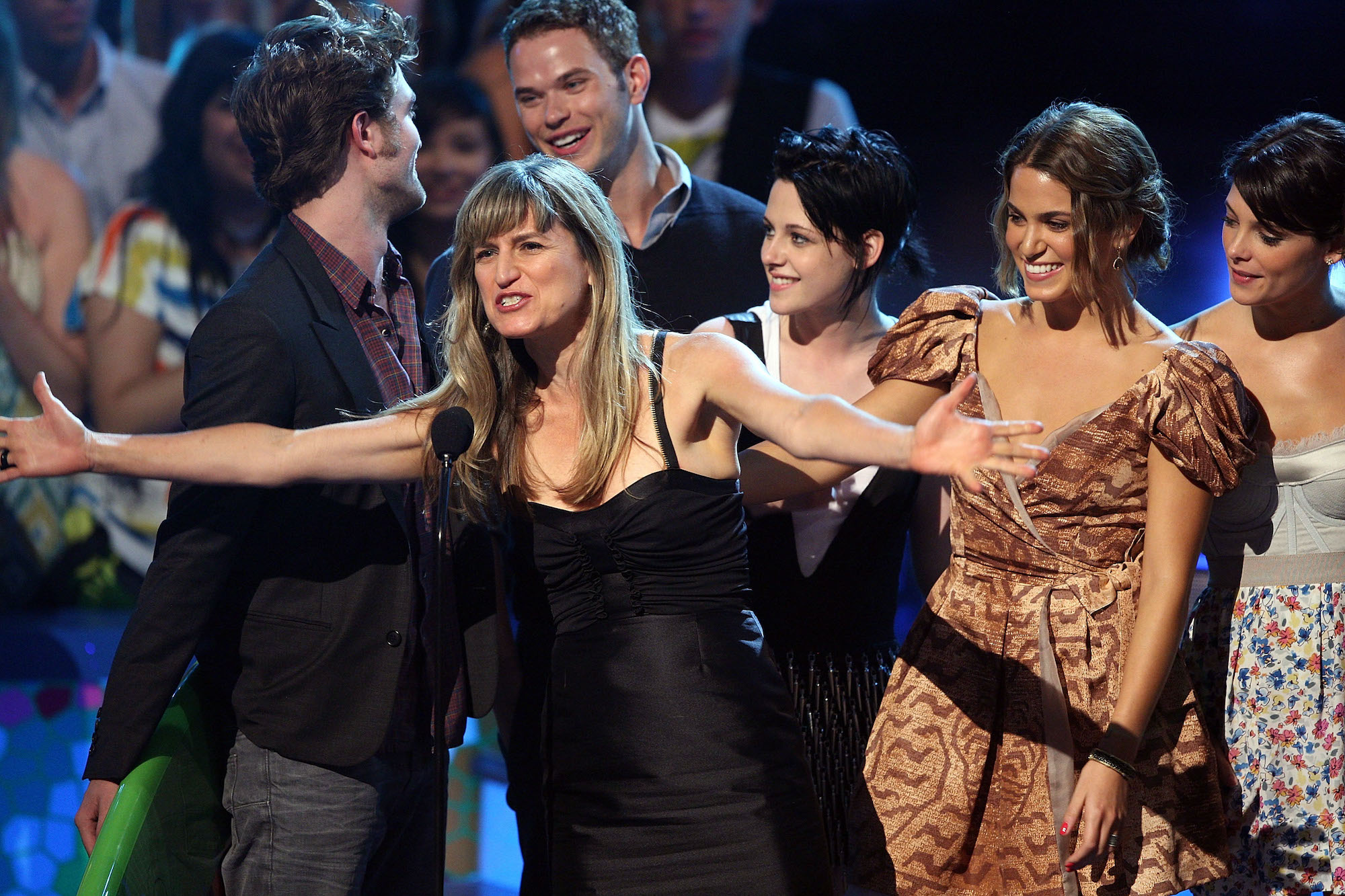 Robert Pattinson, Catherine Hardwicke, Kellan Lutz, Kristen Stewart, Nikki Reed and Ashley Greene onstage during the Teen Choice Awards 2009