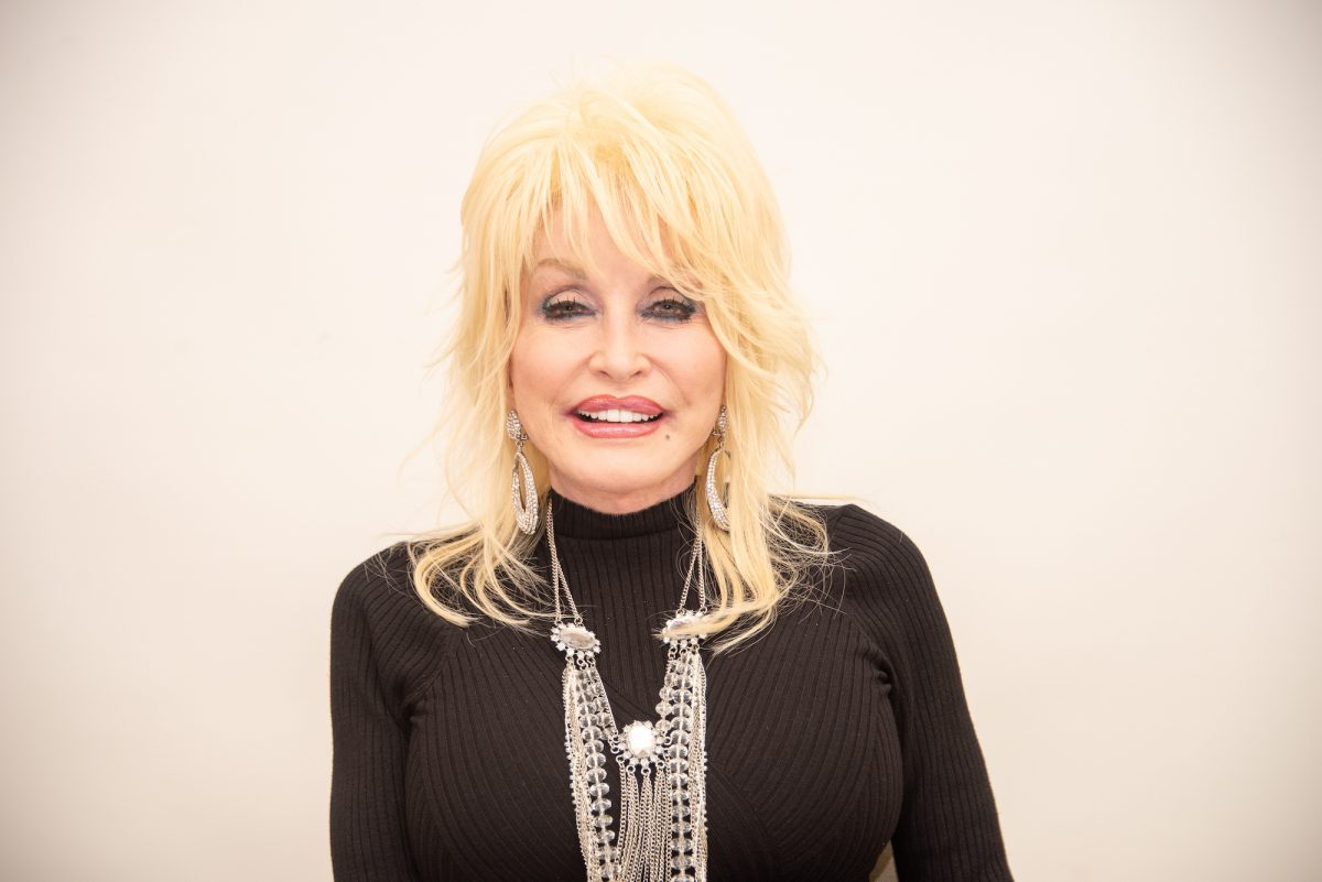 Dolly Parton attending a press conference for Netflix's 'Dumplin' in 2018
