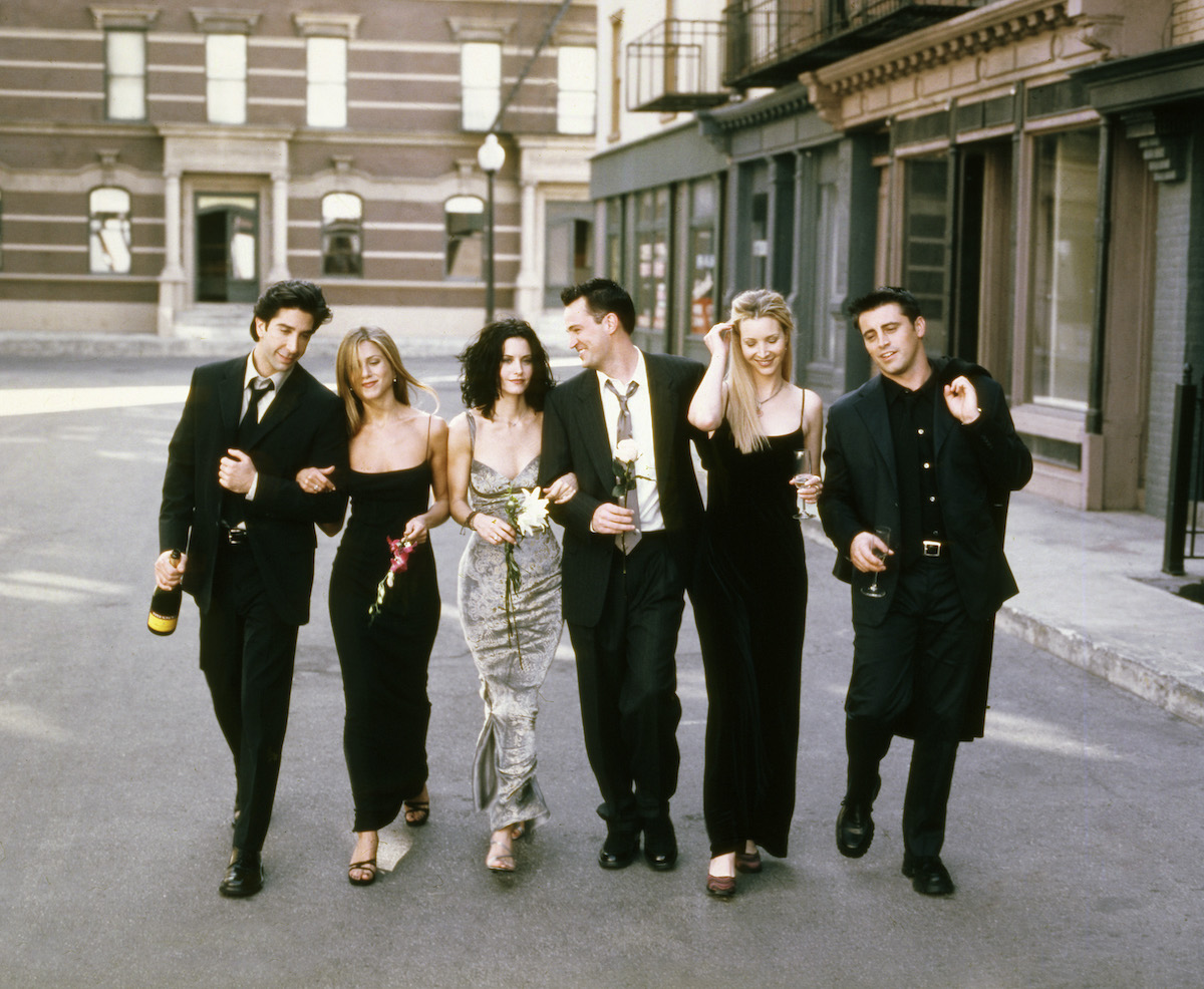 'Friends' David Schwimmer, Jennifer Aniston, Courteney Cox, Matthew Perry, Lisa Kudrow, and Matt LeBlanc stand in a line for a cast photo