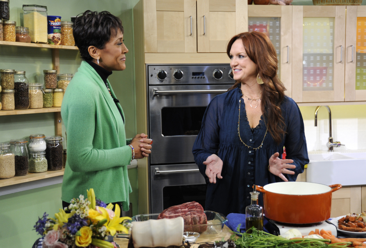 'The Pioneer Woman' star Ree Drummond (right) prepares a recipe alongside 'GMA's Robin Roberts on the morning show.