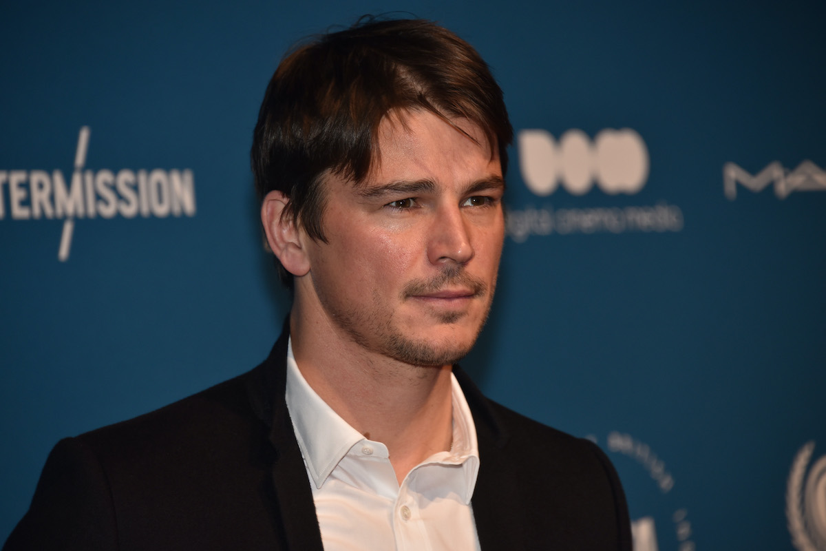 Josh Hartnett wears a suit and poses on the red carpet