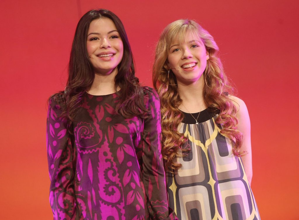 Miranda Cosgrove and Jennette McCurdy standing next to each other in 2008