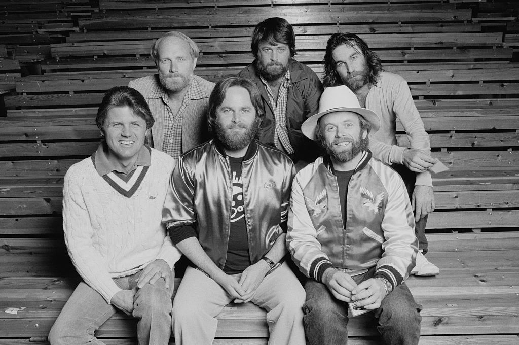 Mike Love, Brian Wilson and Dennis Wilson, Bruce Johnston, Carl Wilson, and Al Jardine pose for a picture.