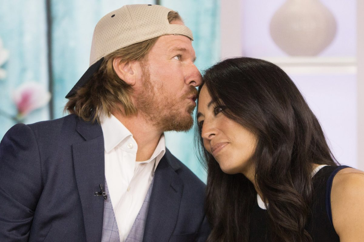 Chip Gaines kissing wife Joanna on the forehead