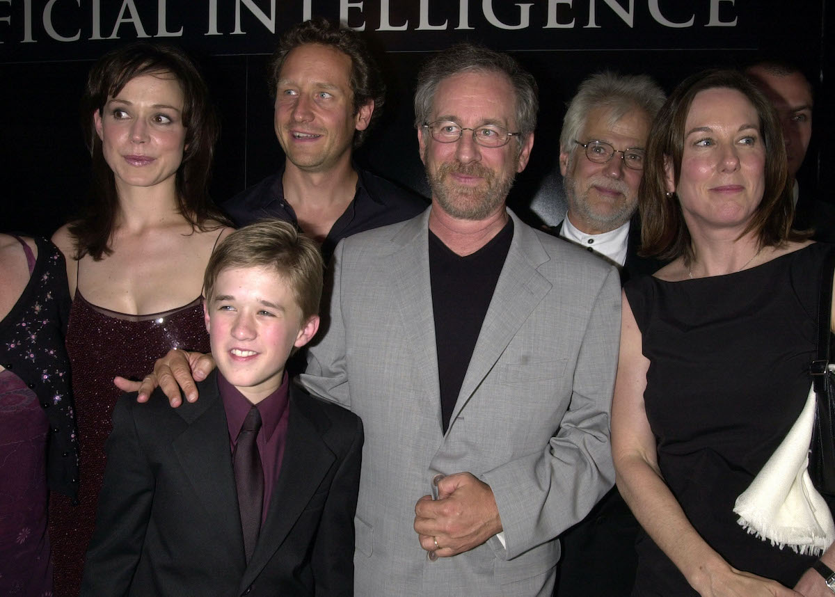 Haley Joel Osment and Steven Spielberg pose with the cast and crew of 'A.I.: Artificial Intelligence'