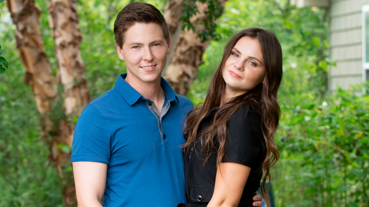 '90 Day Fiancé' stars Brandon Gibbs and Julia Trubkina posing on the farm
