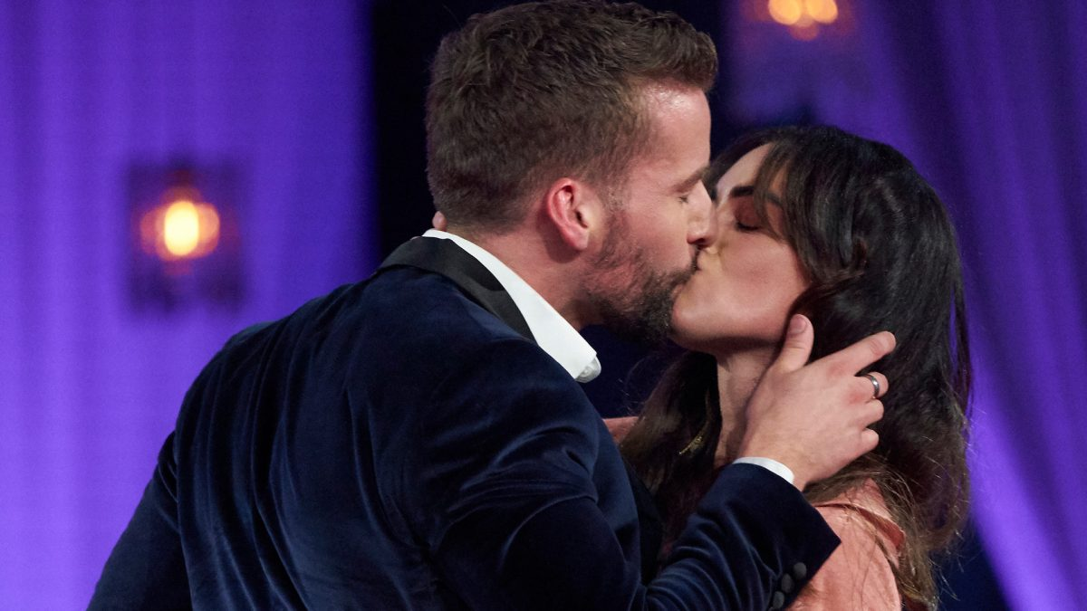 'The Bachelorette' Season 17 star Connor Brennan (Connor B.) kisses musician Tara Kelly during the 'Men Tell All' special episode in 2021.