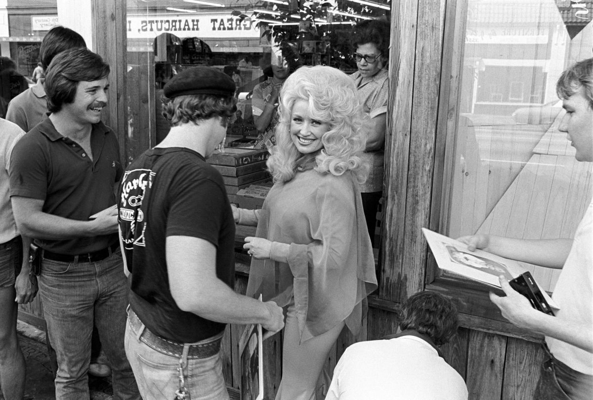 Dolly Parton greets her fans at an in-store appearance at Peaches Records on May 3, 1977 in Atlanta, Georgia.
