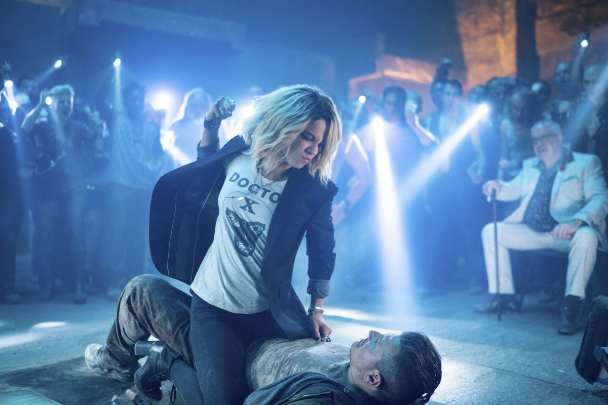 Kate Beckinsale punches a man in Jolt