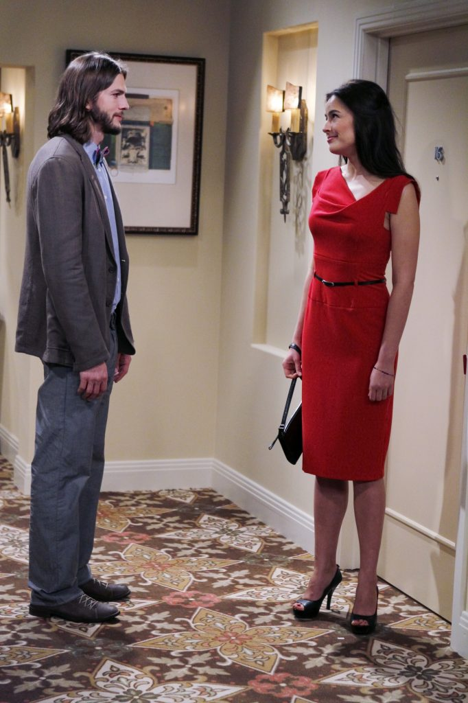"""Scene from the 'Two and a Half Men' episode """"A Fishbowl Full Of Glass Eyes"""" with Walden (Ashton Kutcher ) and Zoey (Sophie Winkleman)"""