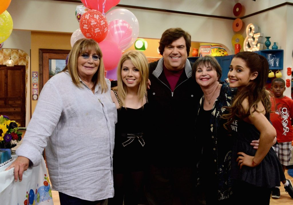 Penny Marshall, Cindy Williams, Jennette McCurdy, Ariana Grande, Dan Schneider on set for Nickelodeon's 'Sam & Cat'