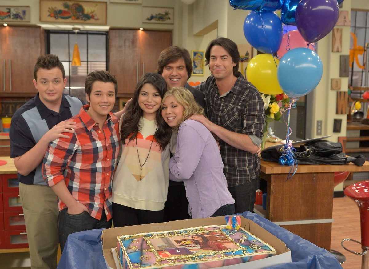 Miranda Cosgrove celebrates her 19th birthday on the 'iCarly' set with Jennette McCurdy, Jerry Trainor, Nathan Kress, Noah Munck and Dan Schneider