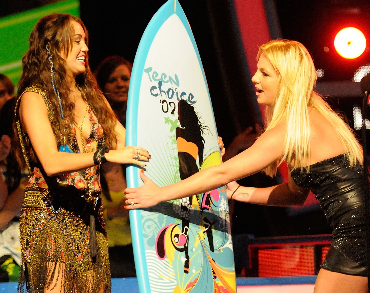 Miley Cyrus (L) and Britney Spears during the Teen Choice Awards on August 9, 2009 in Universal City, California.